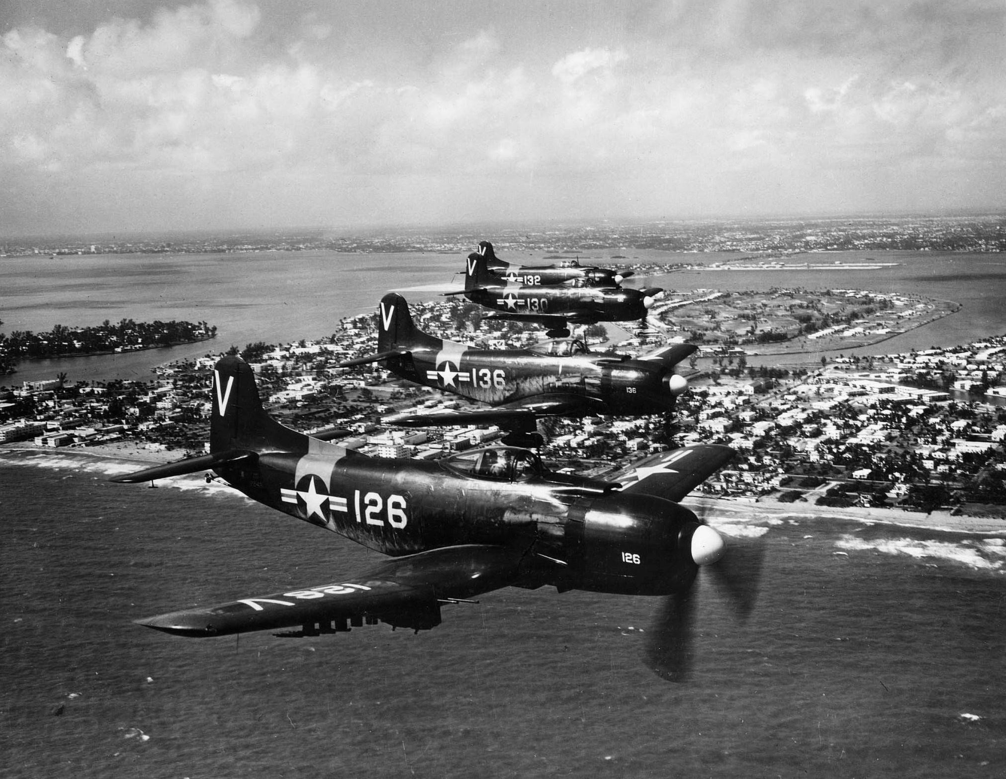 AM-1s_VA-727_US_Naval_Air_Reserve_over_Miami_c1950