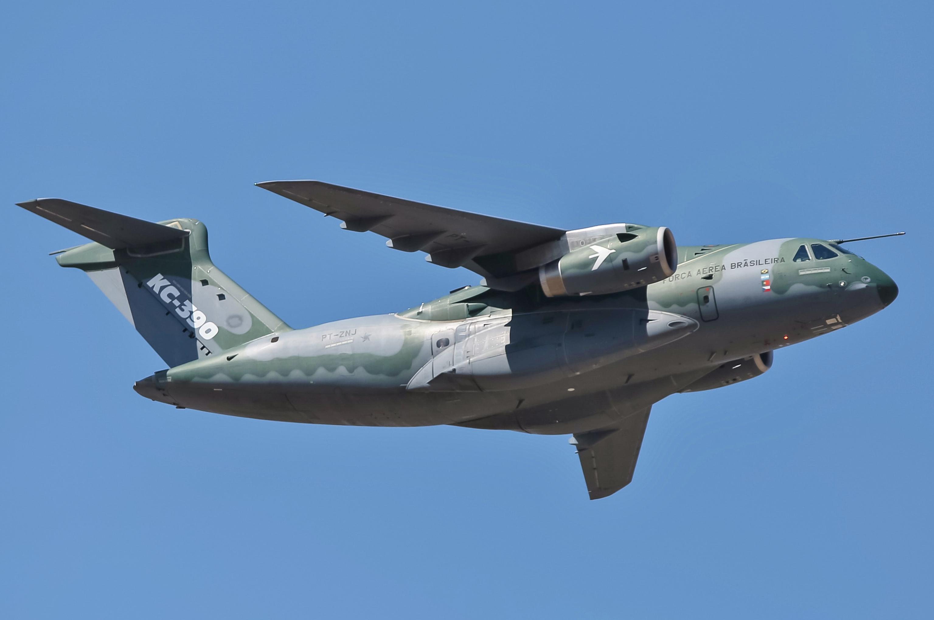 Embraer_KC-390,_PT-ZNJ_-_Desfile_Cívico_2018_(cropped)