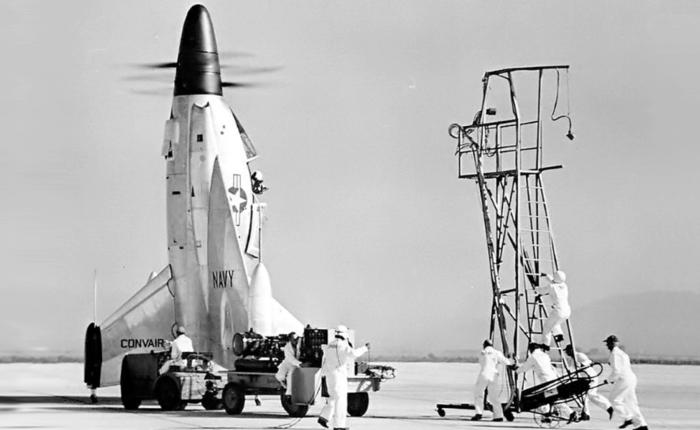 Primer vuelo del Convair Pogo, un avión colgado de unahélice