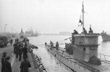 Bundesarchiv_Bild_101II-MW-5613-03A,_Wilhelmshaven,_U-Boot_läuft_ein Type IXA