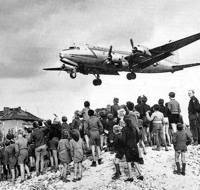 Children-cargo-plane-landing-Tempelhof-Airfield-Berlin-1948