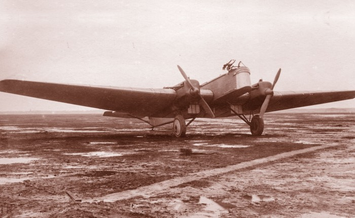 Primer vuelo del TupolevR-6