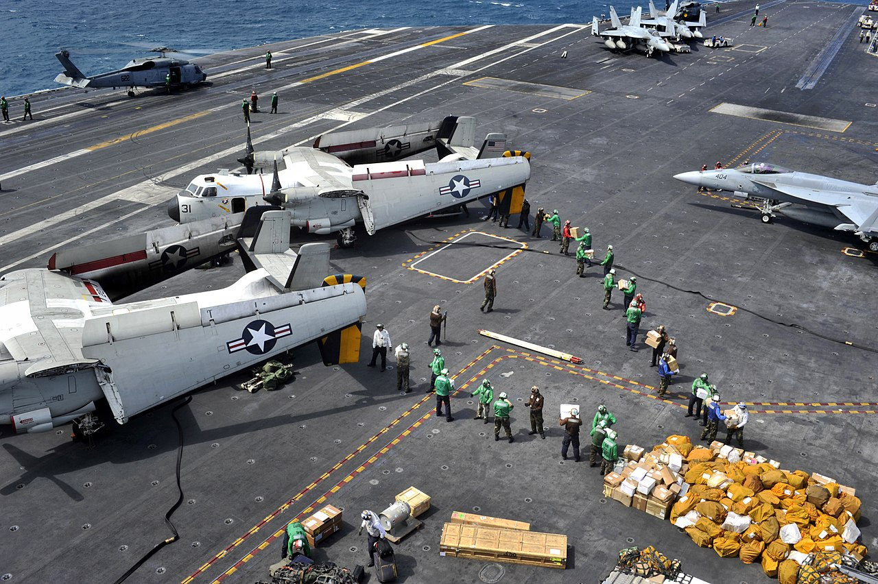 1280px-US_Navy_110722-N-BR887-022_Sailors_move_more_than_ten_thousand_pounds_of_mail_delivered_by_two_C-2A_Greyhound_aircraft_assigned_to_Carrier_Logistic