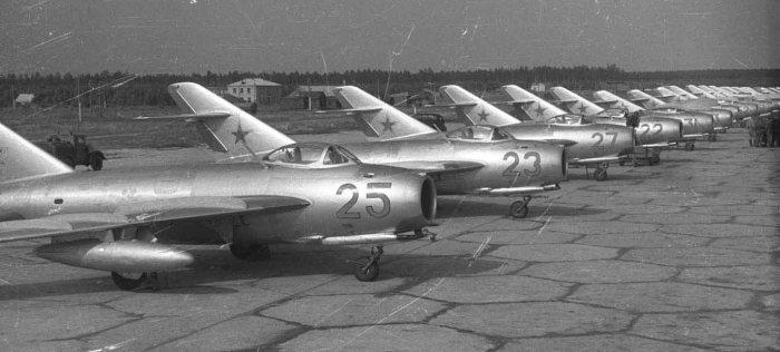 8a.Istrebiteli-MiG-17-na-stoyankah.-Aerodrom-Kubinka.