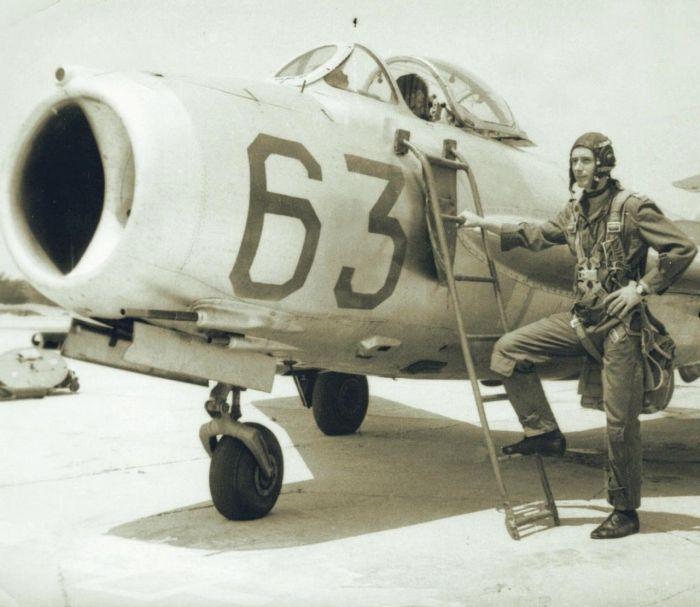 Bulgarian pilot next to a MiG 17.jpg