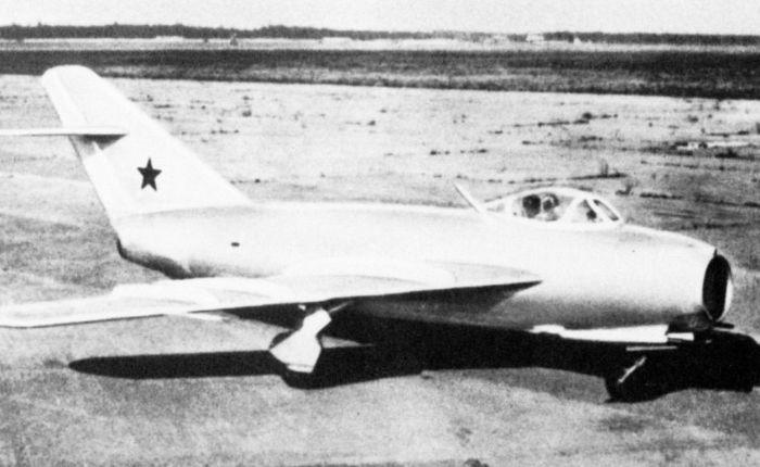 Primer vuelo delMiG-17