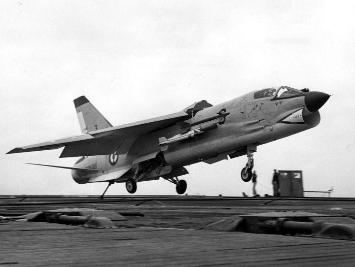F-8E(FN)_landing_on_carrier_c1964