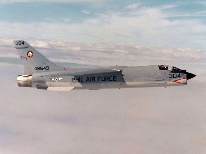F-8H_Crusader_of_the_Philippine_Air_Force_in_flight_c1978